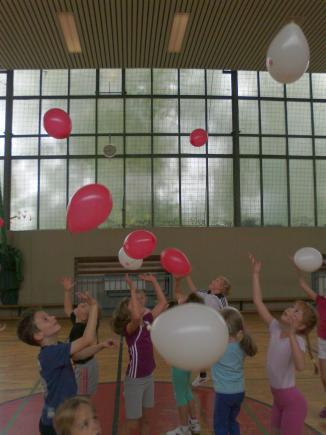 Laufen und dabei einen Ballon balancieren.